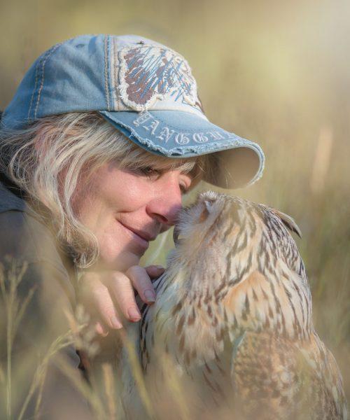 Tierfotografin Tanja Brandt liebt Tierfotografie und Wildlifefotografie mit ihren Eulen, Greifvögeln und Hunden.